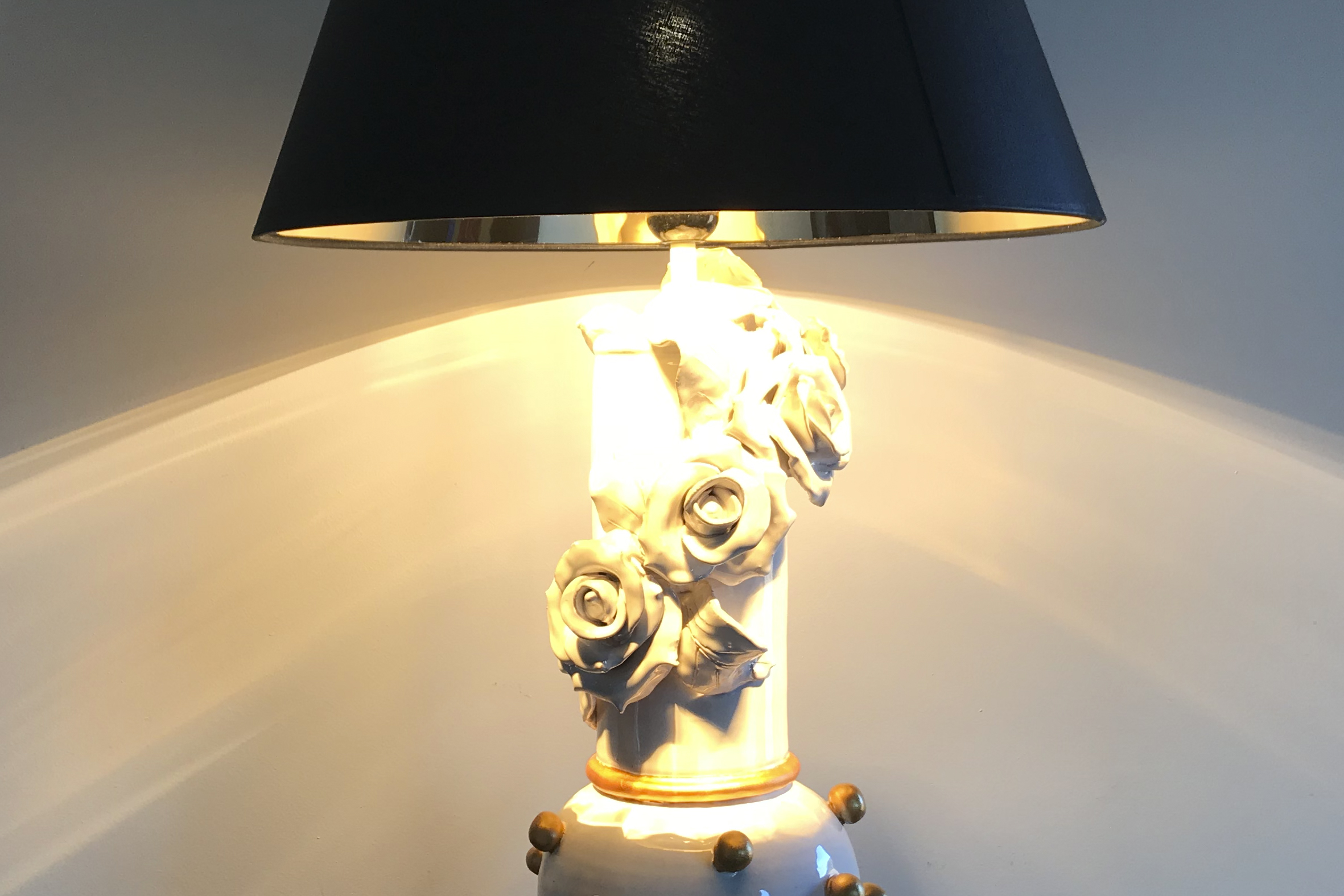 Base Lampada in ceramica bianca con decori in oro, particolare